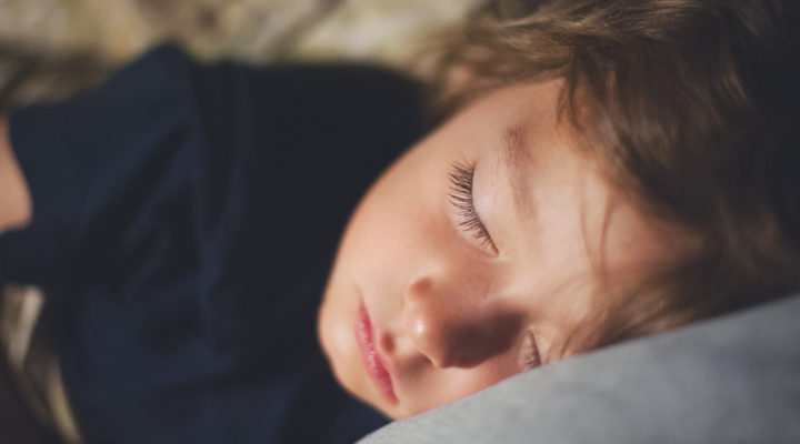 ¿A qué hora se debe dormir mi hijo?